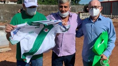 Photo of Luciano Hang, dono da Havan, exibe camisa da Tuna Luso